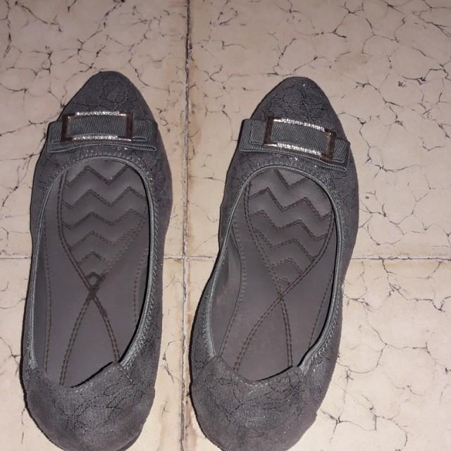 Sepatu abu-abu yongki komaladi
