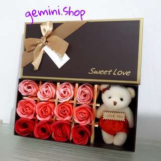 bunga mawar sabun 12 pcs + boneka beruang + kartu ucapan ( valentine , ulang tahun , wisuda ) barang import