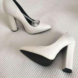 Size 5 white Verali heels