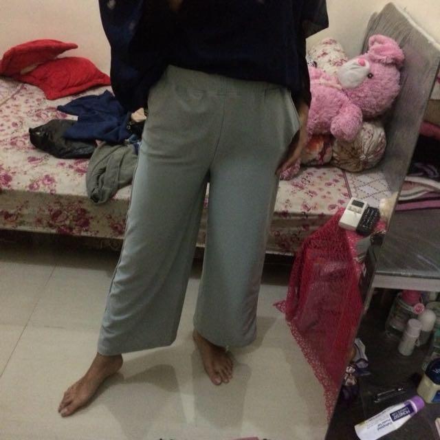Celana abu abu