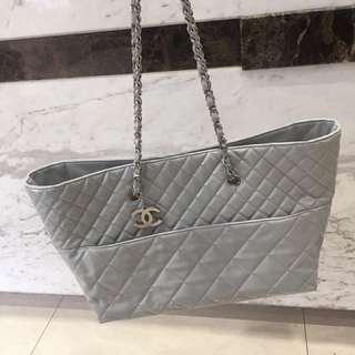 Chanel石灰白漆皮菱格鏈條大號購物袋單肩包95新