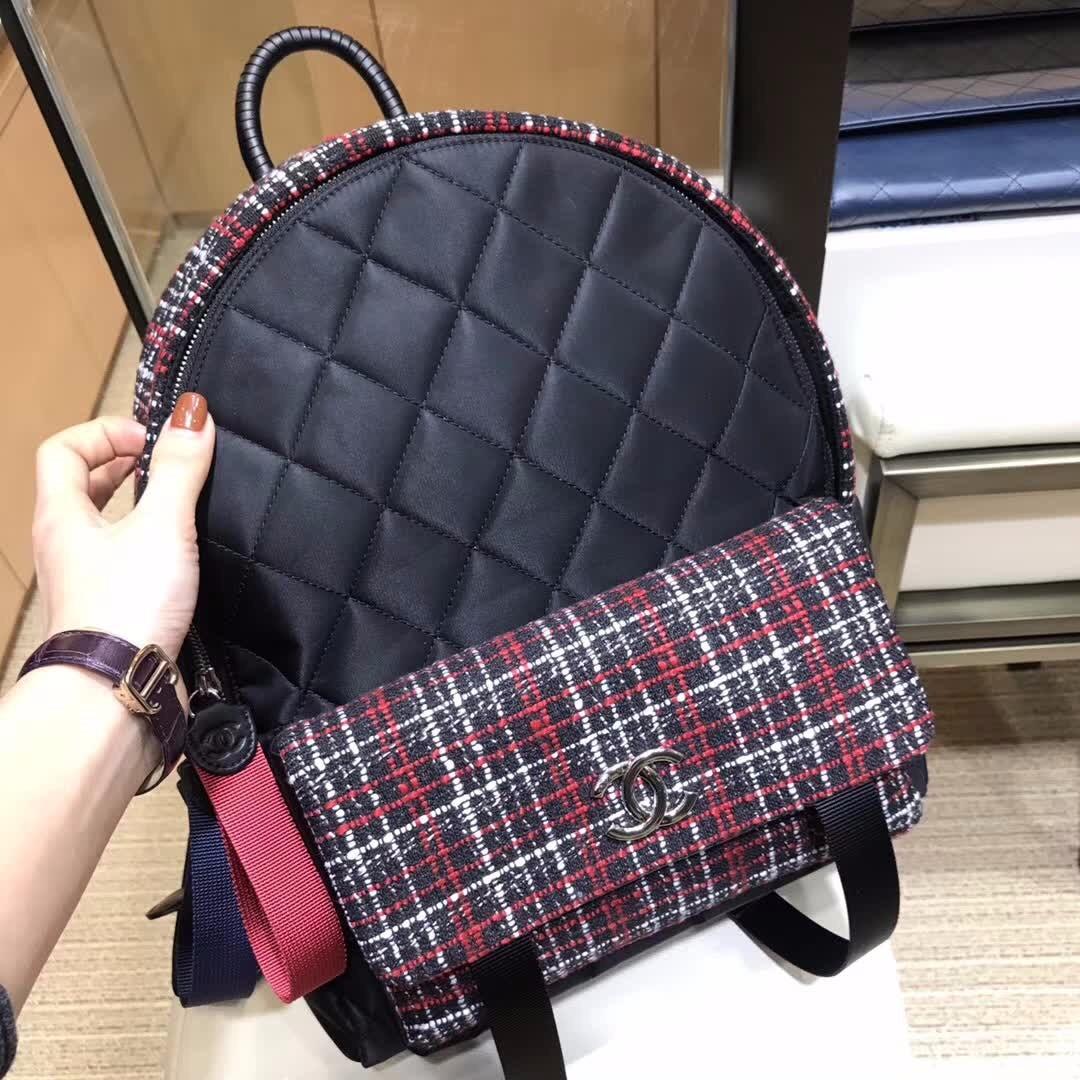 Chanel香奈兒女式雙肩背包,特殊弧形手提把,最新時尚單品。黑配色雙肩包 ... 539f5b75fae85