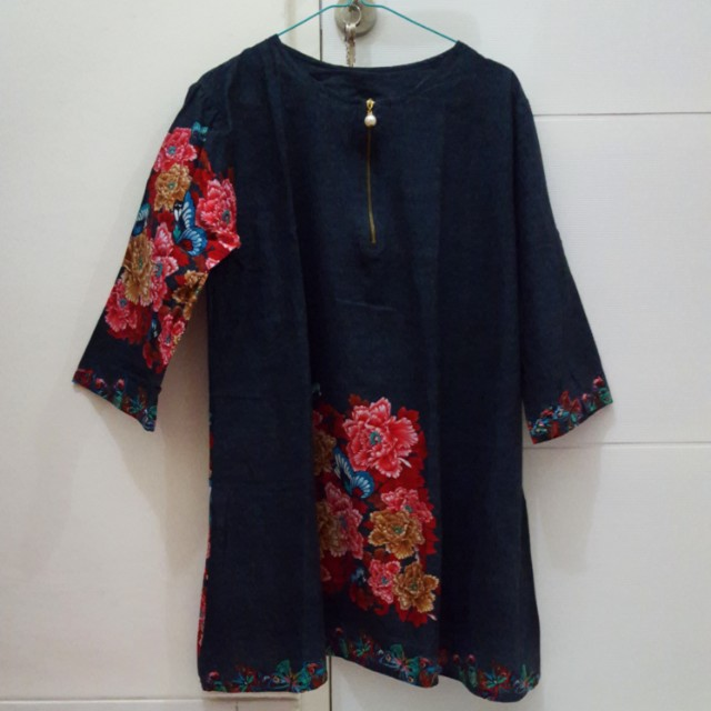 Top semi jeans with red flowers