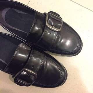 🔹馬蹄釦漆皮皮鞋