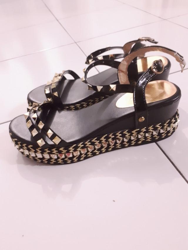 Sepatu Studed Gold