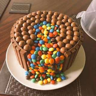 CAKE WITH KITKAT BORDER, M&M's & MALTESERS
