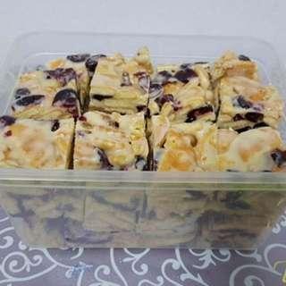 🚚 它.……沒有絢麗的包裝,但有滿滿的真材實料,這是一位好朋友自己親手做的手工點心😍😍😍,因為好吃~推薦給各位訂購  🍀#蔓越莓雪Q餅🍀 $280/盒  重量:500g/(真的比一般重很多) 口味:蔓越莓 成份:紐西蘭奶粉,白棉花糖,祈福餅,蔓越莓乾  保存期限:10-15天  當牛軋糖的香甜🙆,遇上餅乾的酥脆,又有莓果的酸~ 交織成令人驚艷的口感,讓你會一口接一口的好滋味!  因為是純手工製作,所以我們一做好,隔天就出貨呦! 收到時,可能會較軟些,因為沒加任何添加物,所以放心,放在冰箱冰一下下,就會變硬啦!