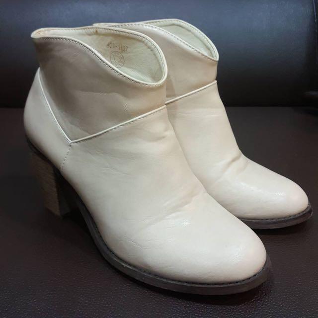 韓國踝靴 米白色 微v開口拉長腿的比例 粗跟好走