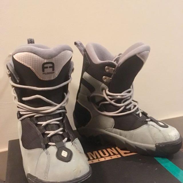 Men snowboarding boots size 9