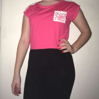Pink cropped t-shirt with lace pocket and shoulders