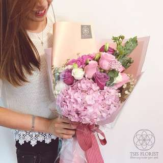 Princess size 女生粉紅花束。玫瑰繡球