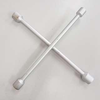 Pembuka Nat tayar (4 Way Wheel Nut Spanner)