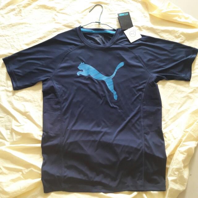 PUMA短袖T恤(M,男,深藍), 剛百貨購買,但穿有點大,懶得換,所以便宜售出,超彈,透氣,側邊彈性,穿起來非常舒服,運動穿非常適合,衣長75cm,胸寬54cm,
