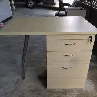 meja kantor berlaci