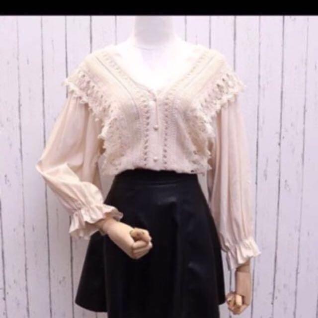 韓國帶回來的 蕾絲米白上衣。韓國購買快1000元。穿一次。