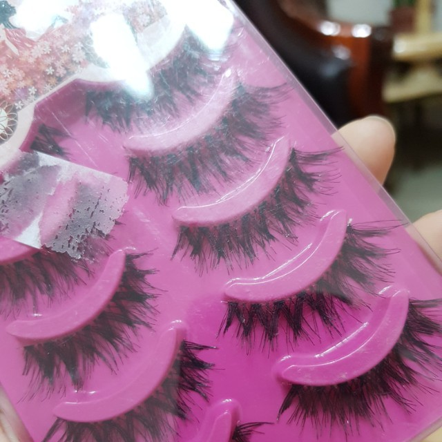 False eyelashes / bulu mata palsu