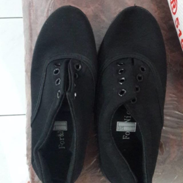 Sneakers Hitam