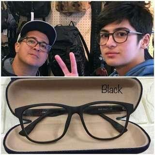 Matte Retro fashionable eyewear Optical frame Replaceable lens Unisex W/ hard case  💸299 php qq