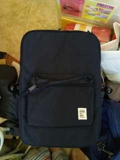 背包    navy colour 註:這是深藍色,不是黑色,影出效果有些少出入,敬請見諒。
