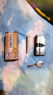 Kunci dan Engsel