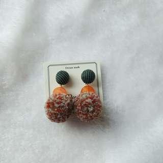 毛毛 pom pom earrings