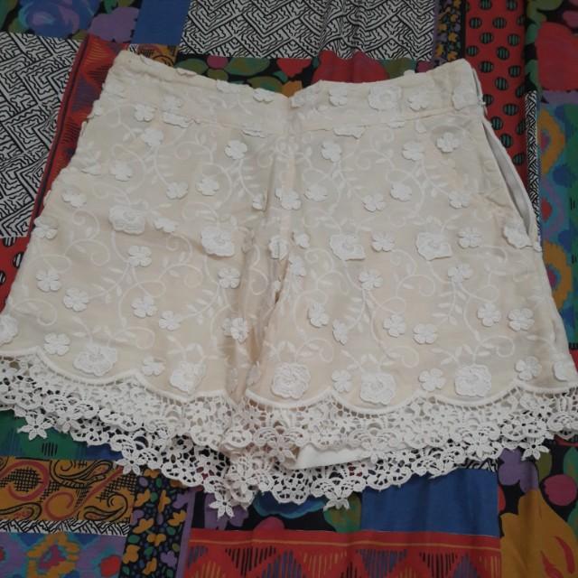 Celana pendek warna cream