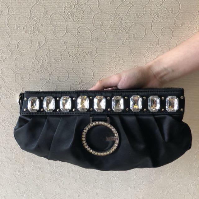 Tas wanita untuk pesta merek Guess
