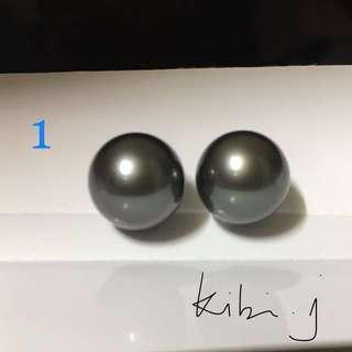 (1)18KWG 黑色大溪地珍珠耳環10mm一對,黑中帶微灰色,珠光好,正面光滑,側面有天然珠點,戴上耳仔不覺眼,(圖3),字印750。珍珠顏色不會每粒一樣,拍照可能顏色與實物有些色差,已經盡拍與實物同色,謝謝