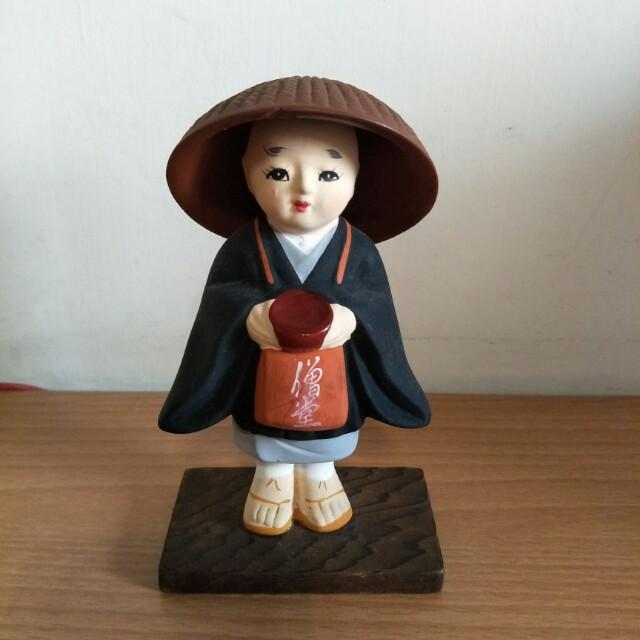 全新可愛小沙彌,14公分高,非塑膠,帽子內緣有小缺點,不介意才購買