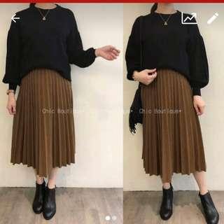 黑色毛衣+咖啡色百褶裙