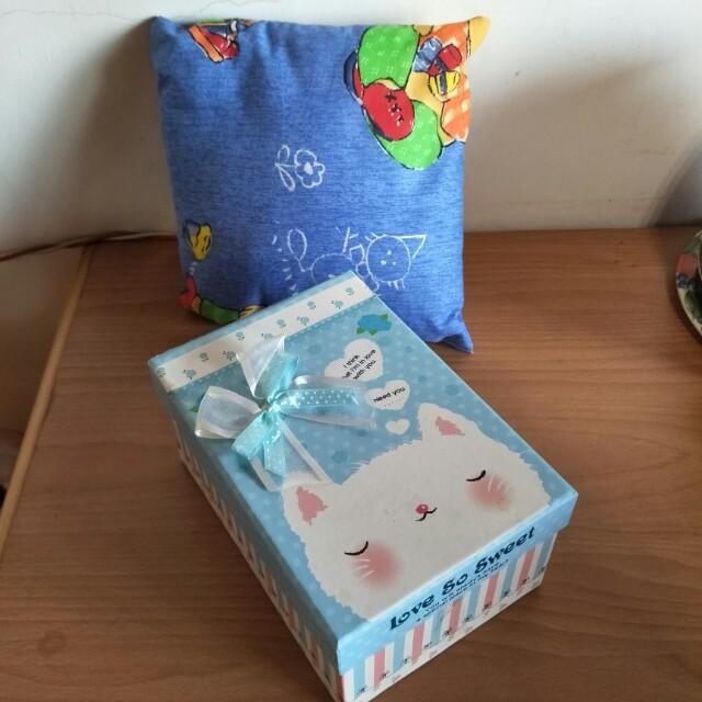 全新午睡枕22*22與二手禮物盒17.5*13*9一起賣