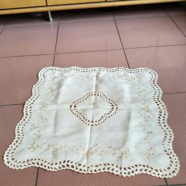 二手桌巾桌墊,55*58,照片中小狗腳邊有黃斑要自洗,不介意才下標