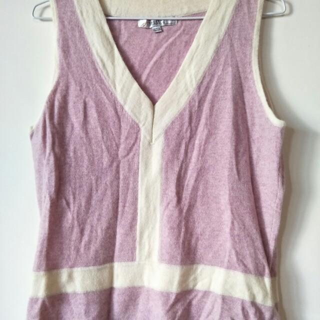 全新上衣Jessica 安哥拉兔毛 ,質料非常好,如照片所示衣標,尺寸40胸寬51衣長,有一些黃斑,不介意才下標