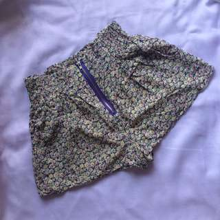 High-waisted floral purple shorts