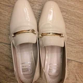 金屬橫釦亮面平底鞋