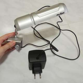 Small fluorescent tank light with clamp
