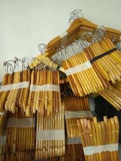 Gantungan baju hanger kayu
