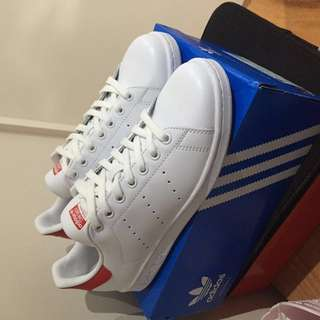 Size US 7 White / Red Stan Smiths