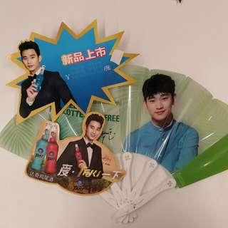 金秀賢Lotte Duty Free 摺扇1把 + Taki宣傳牌 2 個 + 香港Cuckoo宣傳卡 3張和摺頁 2份