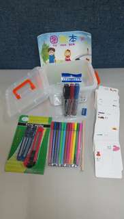 🚚 12支彩色筆 3支美工刀 3支奇異筆 60張厚紙畫板 1個手提盒 2個雙面膠 1個橡皮擦 1個削筆器 1支鉛筆