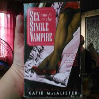 Katie MacAlister - Sex and the Single Vampire