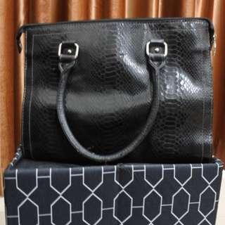 Handbag (ada strap juga untuk selempang)