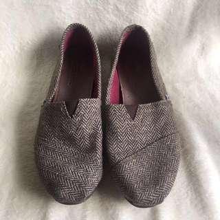TOMS 咖啡金/灰藍字母 平底鞋 #放假旅行小物特搜
