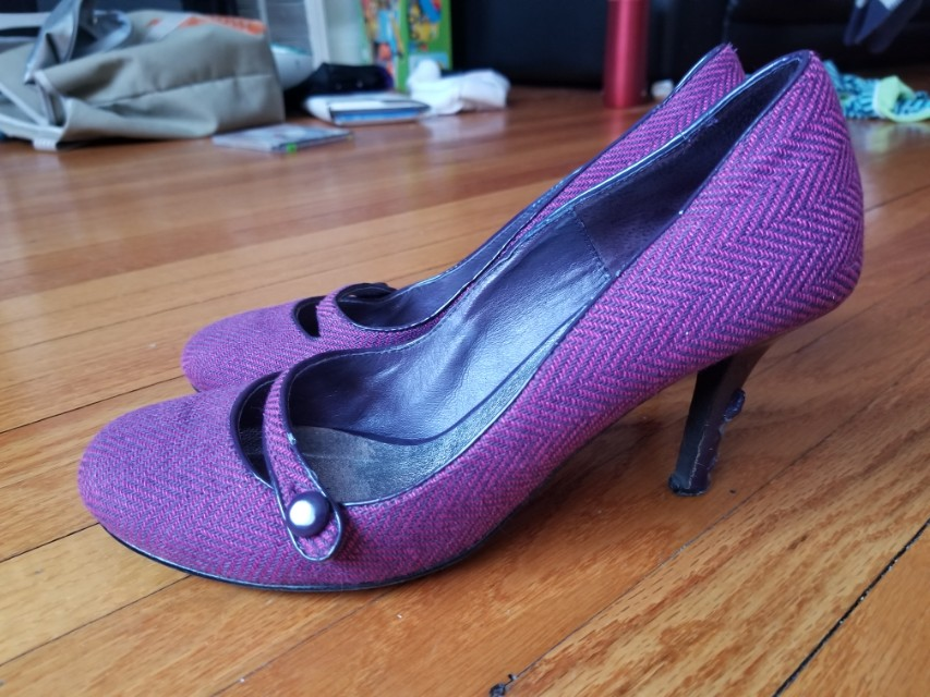 Browns round toe pumps heels. Size 7. Excellent condition. New years resolution to clear out everything in my closet. Pick up Beaches or Yorkville or St.Andrews TTC STATION. Message with preferred time and location. Yes this item is available.