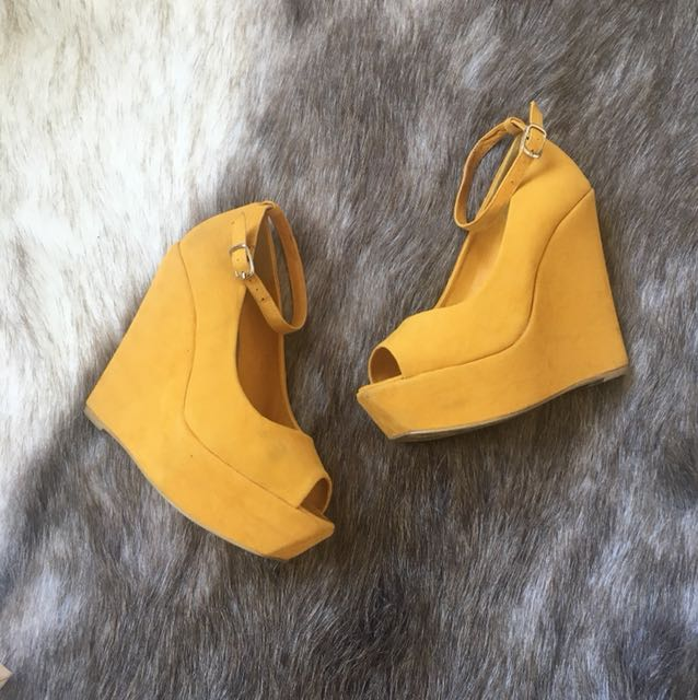 NAME YOUR PRICE size 6 mustard wedges