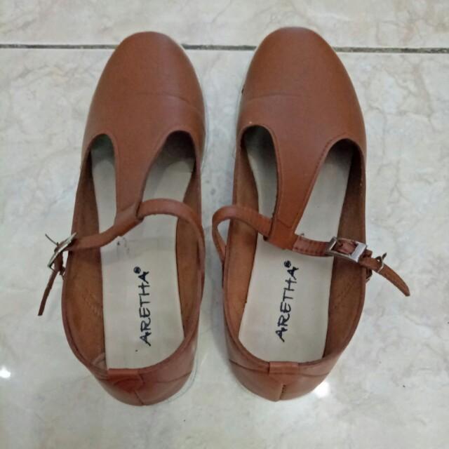 Sepatu sandal coklat