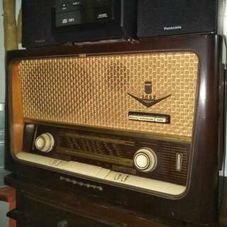 Grinding radio (Germany)  1950s-60s wood casing Gd conditions  680 nett