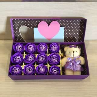 😊Super Gorgeous 😊IDEAL GIFT FOR VALENTINE'S DAY/BIRTHDAY/ANNIVERSARY 🌹🌷12 stalks of scented roses 🌹+ a cutie bear *FREE greeting card upon request* Do refer to photos (real actual photos taken!) 8 colours to choose from