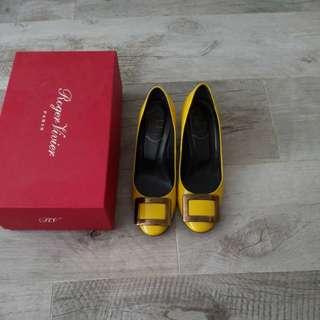 Roger Vivier 金扣high heels