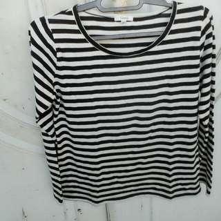 Kaos garis hitam putih